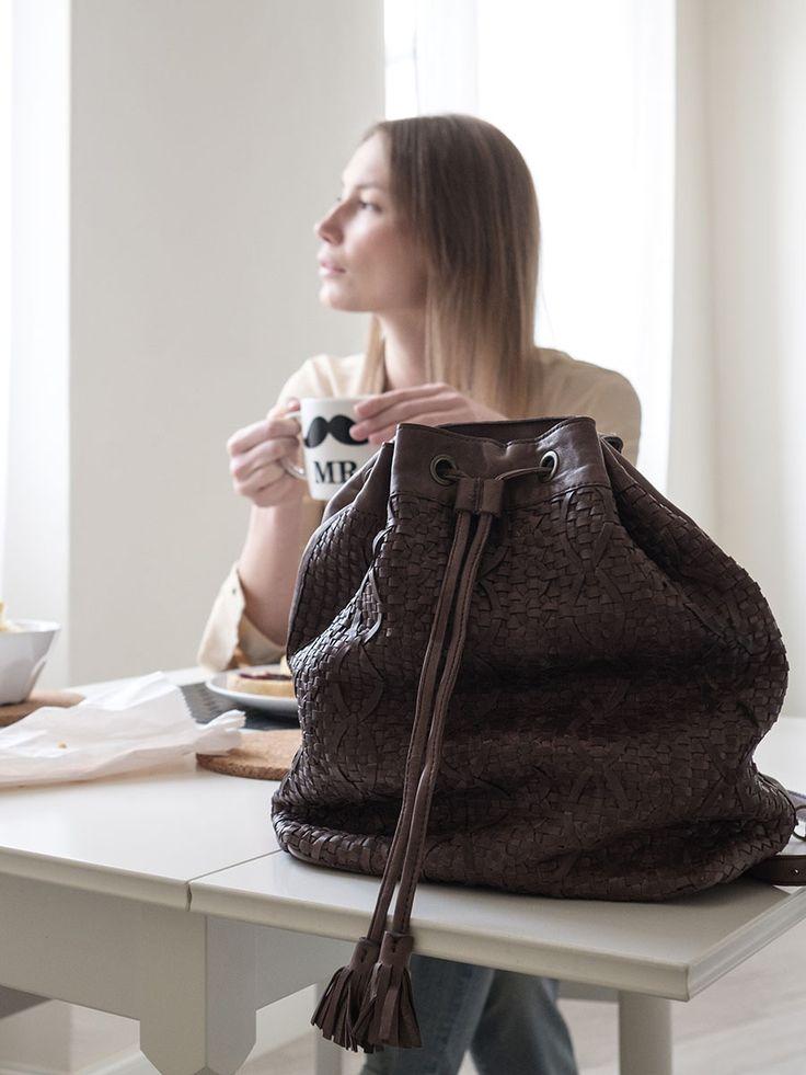 Donna che fa colazione con la sua borsa sul tavolo.  http://www.resinastyle.com/adrenaline/