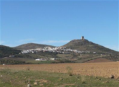 Castillo de Feria. Vista del cerro sobre el que se asienta el castillo.
