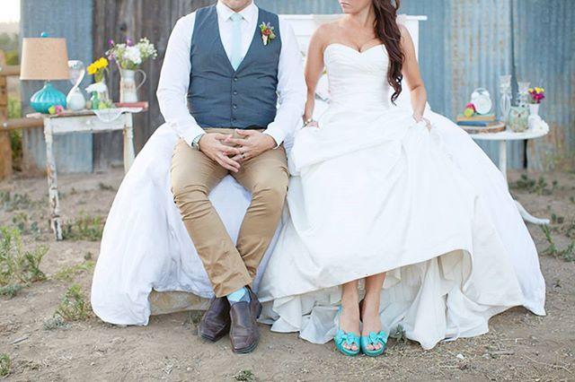 Свадебныйshabbychicбукет 💐💐💐 Свадебный букет невестыдолжен быт дополнением нежного образа. Приветствуется каскадная форма, кружева и ленты в украшении. Изысканно будут смотреться в свадебном букете такие цветы или комбинации из них: розы,гортензии,пионы,фрезии,ландыши. Жених в стиле Шебби Шик: 👫 Идеальным нарядом для жениха в стиле шебби-шик будет смокинг и галстук-шарф. Однако длякреативныхличностей можно предложить и более интересный вариант: контрастирующие низ и верх –…