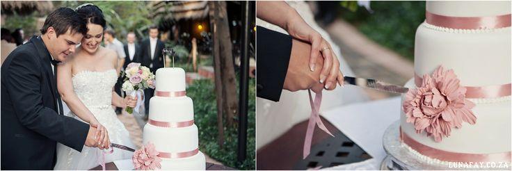 Wedding Photography Cutting the cake www.lunafay.co.za