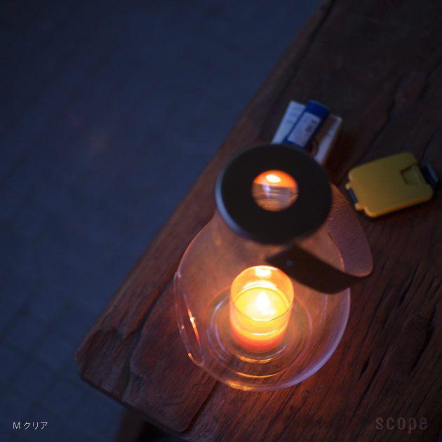 特別な燃料を使わずキャンドルで火を灯すホルムガードのガラスランタン。テーブルの端や棚に置いておいても絵になるし、夕暮れ時は窓際でシトロネラキャンドルを灯して虫除けとして使うのもおすすめ。クリアとフロスト仕上げ、それぞれ3サイズから選べます。