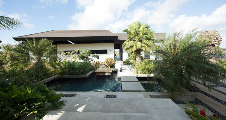 Dit onder moderne architectuur, in bali style ontworpen droomhuis is gebouwd te Terrace Estate, Santa Barbara Curacao. Interieur verzorgd door: Eric Kuster.