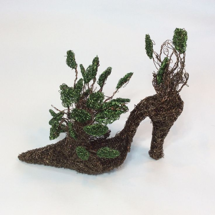 Coloured woven wire leaf shoe