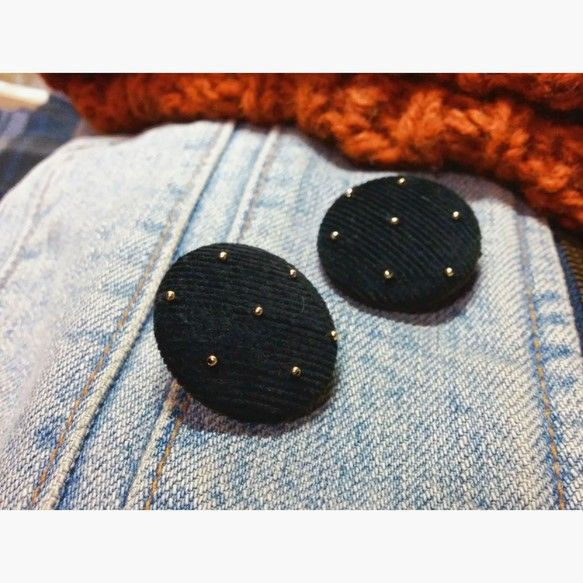 黒いコーデュロイの布地をくるみボタンにして、金色の小さなビーズをつけました。裏も布を貼ってます。季節を感じられる素材感で、秋・冬服に合います^^|ハンドメイド、手作り、手仕事品の通販・販売・購入ならCreema。