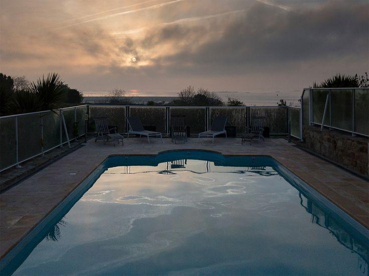 Le printemps chasse doucement l'hiver au lever du jour à #Roscoff, et c'est l'occasion pour nous d'annoncer, après une vidange complète du bassin, l'ouverture 2017 de la piscine de vos prochaines vacances en Bretagne ! www.villa-vacances-bretagne.fr