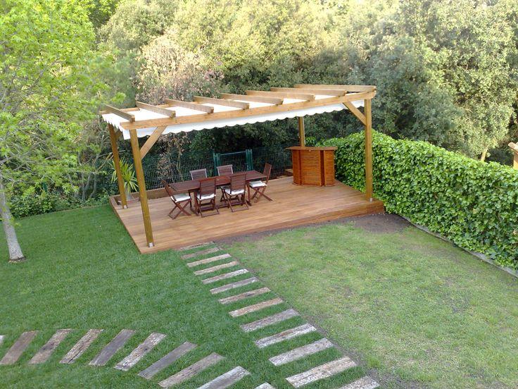 Pergola Aveto laminado cubierta con lona acrílica instalada en un jardín en Vigues i riells - Fustmar