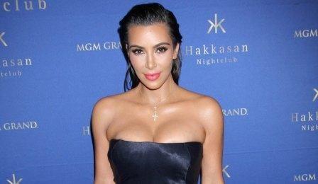 Kim Kardashian ने टू पीस स्किन कलर की बिकनी में टेनिस खेला - Hindi News, Current Headlines, Breaking News, Today's Latest Samachar at Jai Hind Times