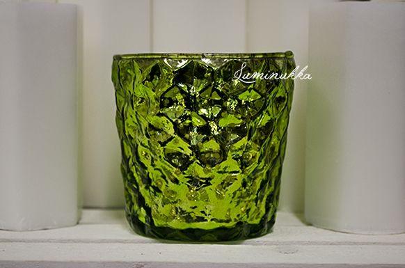 Kauniisti hohtava sateenkaarituikkukippo, pirteän limen väristä puristettua lasia jonka sisäpuolella antiikkipinnoitus. Elävä pinta näyttää kauniilta kynttilän palaessa kipossa!   Beautifully shimmering lime green candle cup made of glass. Lively surface looks wonderful when candle is burning inside!