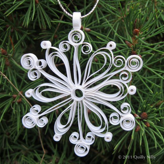 Artículos similares a Set of 3, Quilled Snowflake Ornaments in Decorative Tin, First Snowfall Collection en Etsy