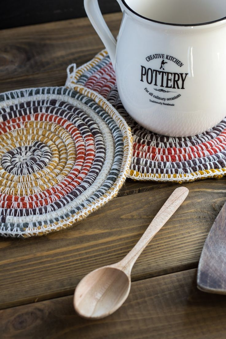 Remember knitting jenny from school? Make these potholders with the more comfy way by using spool knitting machine. (in German)