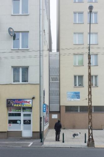 A Casa Keret (ao centro) está localizada no espaço entre um edifício pré-guerra e um conjunto habitacional pós-guerra de onze andares, em Varsóvia, Polônia. A espremida residência tem largura que varia de 120 cm a meros 71 cm na sua parte mais estreita Andrea Meichsner/The New York Times
