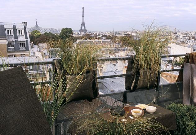 Bacsac on a parisian balcony