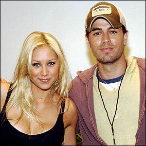 London, June 1 : Former tennis player Anna Kournikova who is set to star in the TV show `The biggest loser', was spotted enjoying a romantic boat ride with her boyfriend Enrique Iglesias.