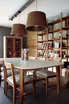 Comedor con biblioteca multifunción, vajillero y mesa con base en petiribí y tapa de líneas curvas. Del diseñador Rodrigo Matta de Talleres Sustentables en Estilo Pilar.