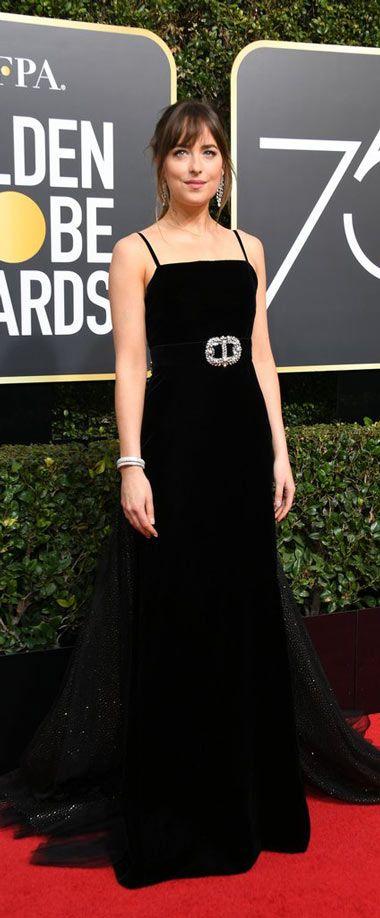 Dakota en une robe noire longue avec bretelle fine