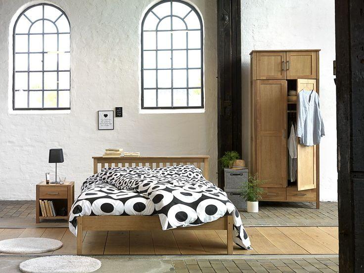 Moderne și cu linii simplie, piesele de mobilier SILKEBORG sunt realizate din lemn masiv rezistent. Alege noptiera, patul si dulapul SILKEBORG si vei avea un dormitor cu design de nordic, simplu, de incredere si elegant.
