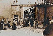 Sortie des usines Lumière, extrait du film sortie des usines Lumière à Monplaisir, Lyon. - La Sortie de l'usine Lumière à Lyon est un film français réalisé par Louis Lumière, sorti en 1895, qui existe en au moins trois versions reconnues, et fait partie des 10 films montrés au Salon indien du Grand Café à partir du 28 décembre 1895.
