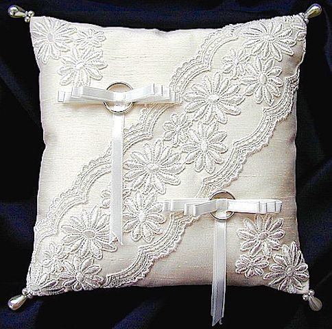 ateliersarah's ring pillow                                                                                                                                                                                 Más
