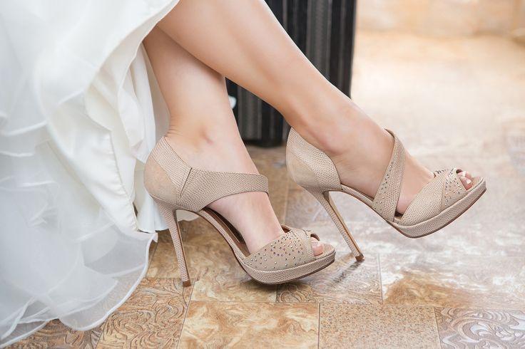 #Magrit  VANESSA: #Sandalia pala talón, con plataforma, en ante y Pitón nude, con tira cruzada en el empeine cubierto de cristales opales. Sensual y elegante el día de tu boda. #SWAROVSKI ELEMENTS http://www.magrit.es/es-ES/vanessa-nude-399 ------------------------ VANESSA: #Vamp heel sandal, with platform, in suede and Python nude, with cross-strap on the instep covered with opal crystals. Sensual and elegant on your wedding day. #SWAROVSKI ELEMENTS