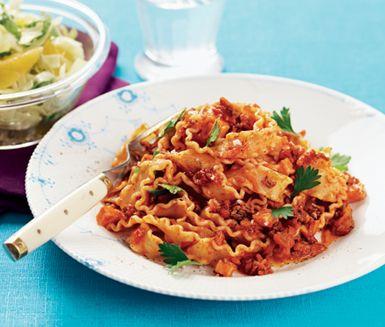 Med riven morot, palsternacka och rökt skinka i stället för bacon lagar du enkelt en god och nyttig köttfärssås som ger mer näring per kalori. Servera med pasta, t ex mafaldine.