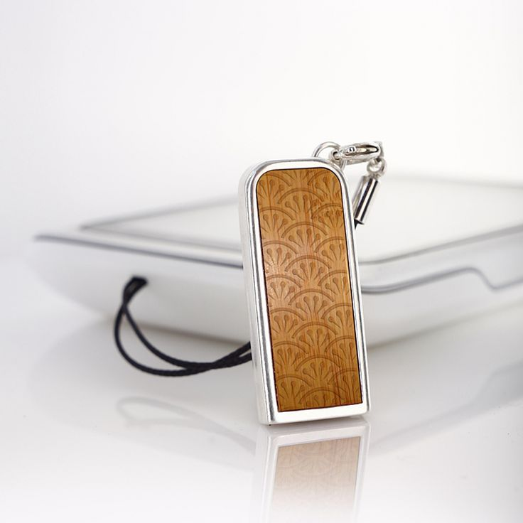 ZaNa Mobile Flash Bamboo is a very neat stick specifically designed as a pendant to your mobile phone. The metal casing of this little miracle is covered with a layer of pure silver, 999 fineness Complementing the unique design are used inserts with exotic wood.
