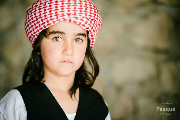 Le yézidisme. Les Yézidis (parfois Yézides), Yazidis ou Édizis (ils se nomment eux-mêmes : Dasni), de langue kurde (le kurmanji), qui vivent au nord de Mossoul en Irak, à Alep en Syrie, en Turquie, en Iran, en Arménie, en Géorgie et au sud de la Russie, ont conservé une religion syncrétiste, appelée yézidisme, qui intègre des éléments du paganisme chamanique, dumazdéisme, du zoroastrisme, dumithraïsme, dumanichéisme, du judaïsme, dunestorianismeet de l'islam.