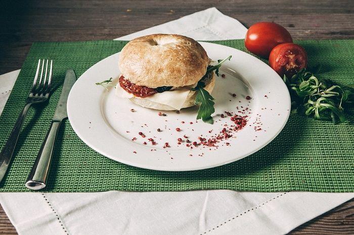 Бейгл с печеными овощами и плавленым сыром - пошаговый рецепт приготовления с фото