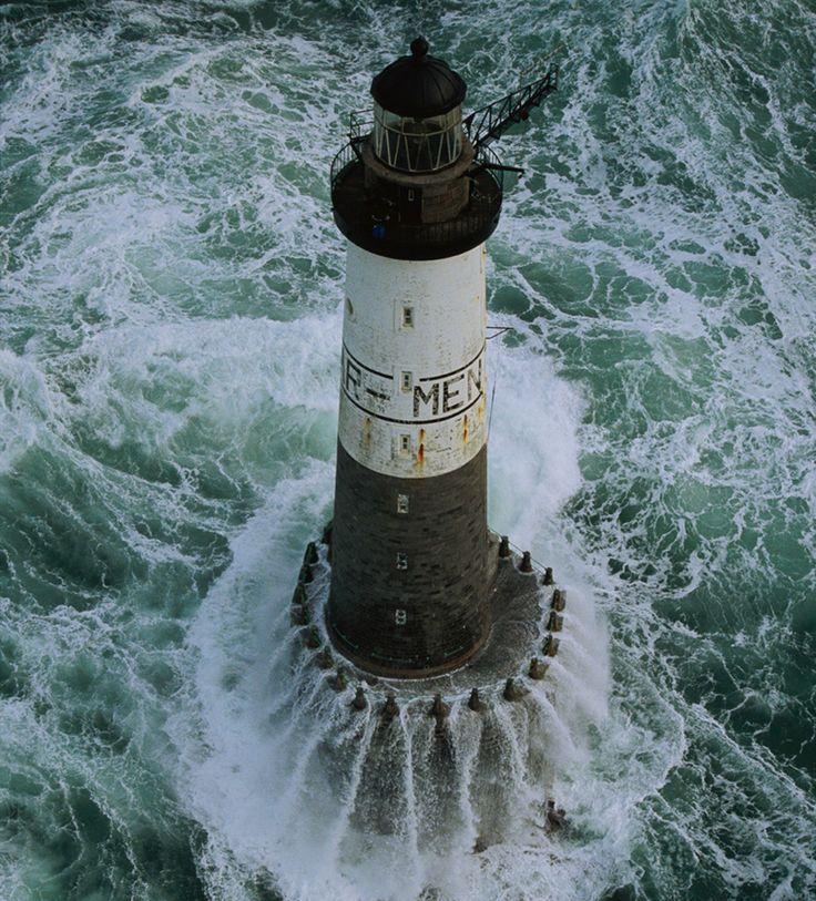Faro de Ar-Men cerca de la isla de Sein. Mar de Iroise, Francia. Jean Guichard. Lleva el nombre de la roca sobre la que se erigió.Su construcción comienza en 1867 y tardaron 14 años en levantar el faro sobre una roca que en marea baja solo emerge 1.5 metros sobre el agua.