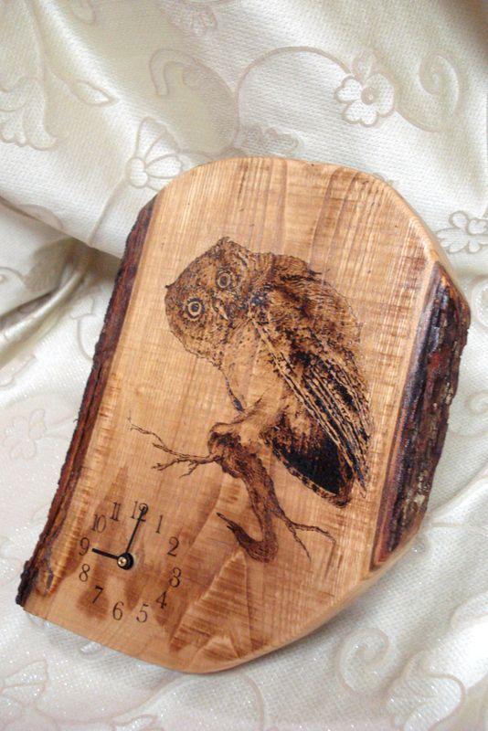 Orologio in tronco di castagno con gufo decorato a pirografia.    www.bottegamastrociliegia.it