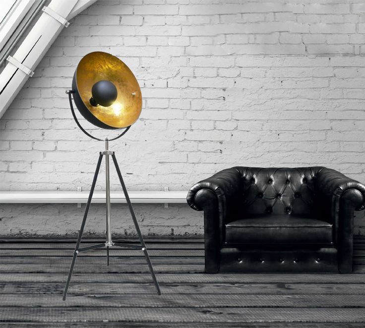 La forma che ricorda un'antenna parabolica dà il nome allalampada da terra Antenne di Zuma Line, con paralume in metallo sabbiato nero all'esterno e color oroall'interno.  La base è formata da un treppiede, anch'esso in metallo, che garantisce la massima stabiltà e una resa estetica che ricordamolto lo stile industrial.