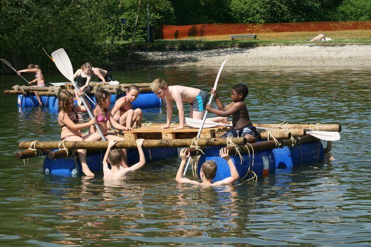 VLOTTEN BOUWEN, een van de vele leuke activiteiten op het FRIS zomerkamp!