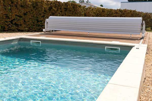 Volet mobile piscine : L'axe du volet, monté sur rail, permet de profiter de toutes les plages en liberant l'espace autour de la piscine.  Le moteur Sheltom intégré au volet possède une fin de course en série, il est facile à régler, fiable et sans raccordement filiaire à prévoir. Deux solutions sont possibles par batterie de panneau solaire ou par simple batterie intégrée à l'axe.