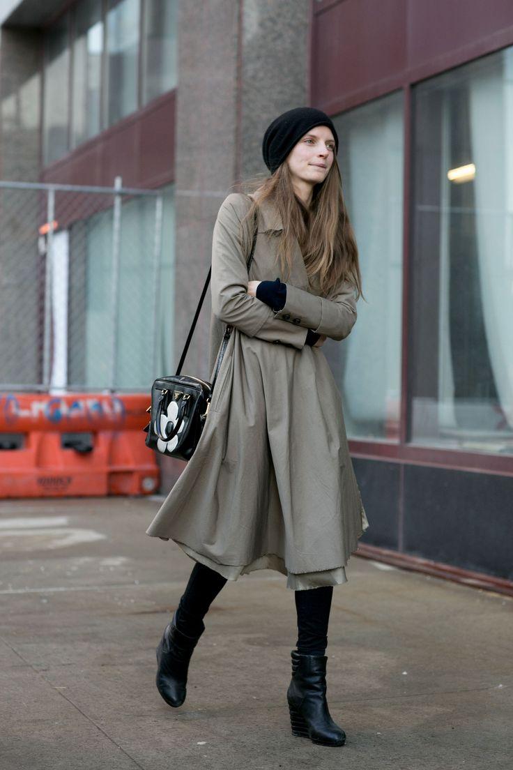 """Qui sono da tenere d'occhio: il maxi cappotto stile maschile verde kaki e la tracolla con la margherita che """"addolcisce"""" il tutto.  -cosmopolitan.it"""