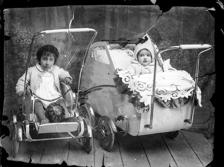 Costică Acsinte ca_20141125_013  Doi copii în cărucioare