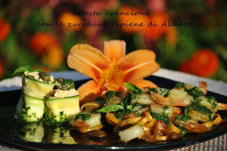 Pasta arancione con le zucchine ripiene di Almette