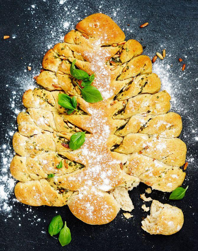 Hauskan näköisen kuusileivän koostumus muistuttaa mehevää foccacciaa. Nosta leipä joulupöydän silmäniloksi ja revi oksat pois (parempiin suihin!). Katso vi