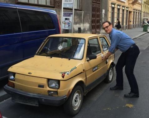 Tom Hanks Budapesten kispolszkikkal pózol    Forrás: whosay.com - PROAKTIVdirekt Életmód magazin és hírek - proaktivdirekt.com