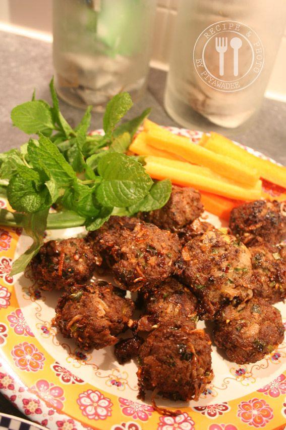 Thaise recepten van Piyawadee: Gebakken Pikante Thaise salade varkensgehakt ball : Laab Moe Thod