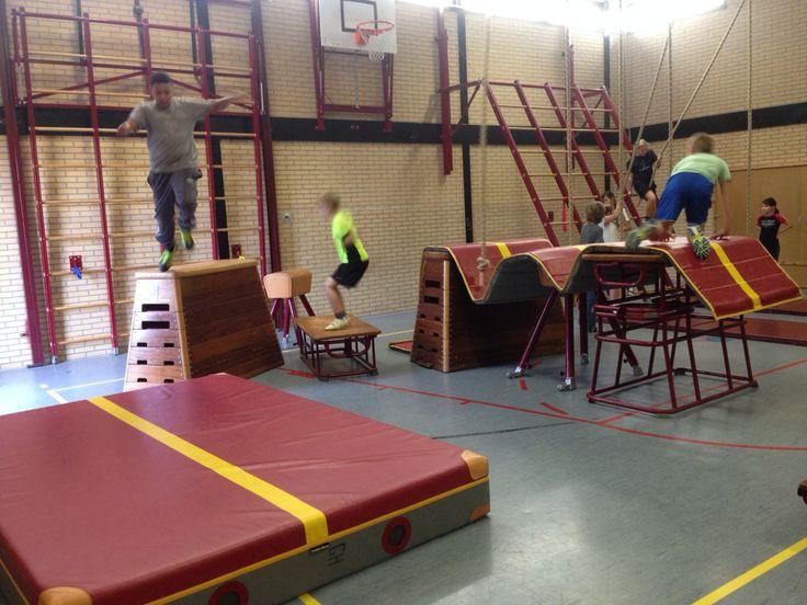 Kinderen van groep 8 maken eigen klim-en klauterbaan.