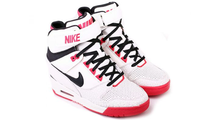 Musthave: Nike Dunk Sky High sneakers. Lees hier alles over de Nike Dunk Sky High sneakers. Een musthave in de schoenenkast van iedere Shoejunk!