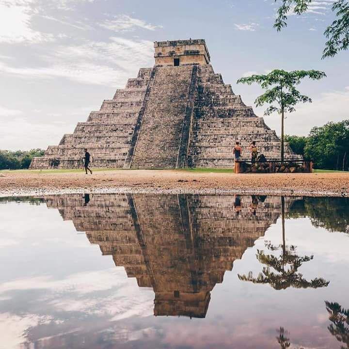 """Todo lo que debes saber sobre la zona arqueologica de Chichén Itzá - Significado Etimológicamente, Chi-ch'en Itzá significa """"la ciudad al borde del pozo de los Itzáes"""". Acceso Se localiza a 115 kilómetros de la ciudad de Mérida, Yucatán, tomando la carretera No. 180 hacia el poblado de Piste, del cual dista 2 kilómetros el sitio arqueológico. El visitante puede arribar al sitio por medio del transporte público. Importancia Cultural Chichén Itzá es el mejor ejemplo de los movimientos…"""