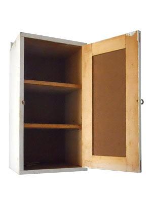 ARMÁRIO PRIMEIROS SOCORROS -   Pequeno armário original usado em fábrica de tecidos. Estrutura em madeira, com duas prateleiras internas. Pode ser pendurado ou usado sobre um móvel. Alt. 49 cm, Larg. 27 cm, Prof. 21cm.
