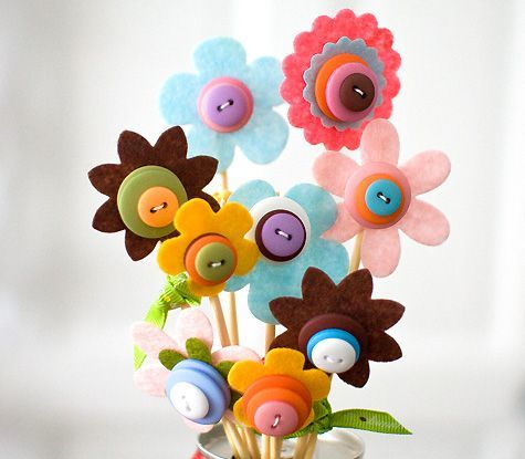DIY: Spring Button Bouquet  This little bouquet is great to set on your desk or on the bookshelf. A perfect way to brighten up the room b...