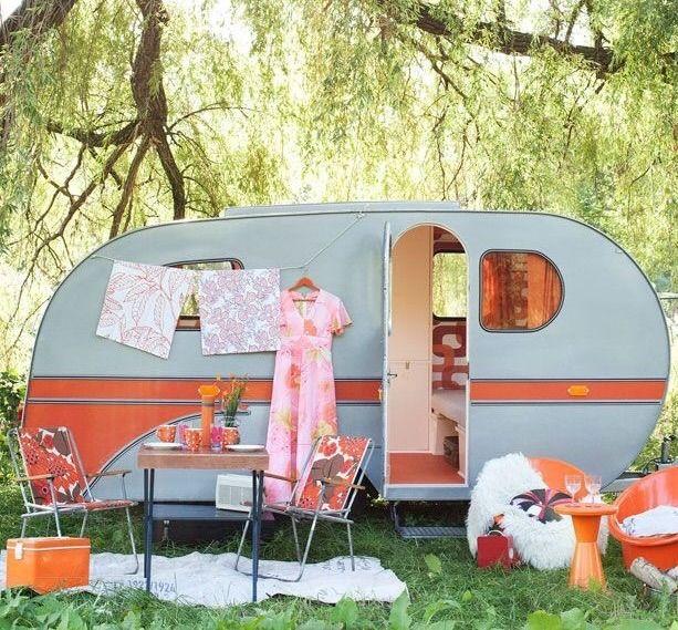 Camping Tonny in de Belgische Ardennen. Sfeervol en groen. Kinderen vermaken zich met dammen bouwen in de rivier. Genomineerd tot camping van het jaar 2015.