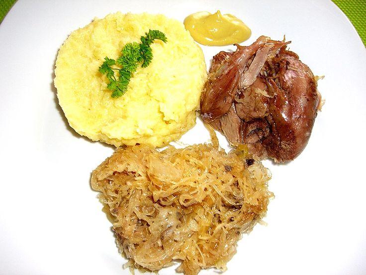 Eisbein mit Sauerkraut im Römertopf, ein beliebtes Rezept aus der Kategorie…