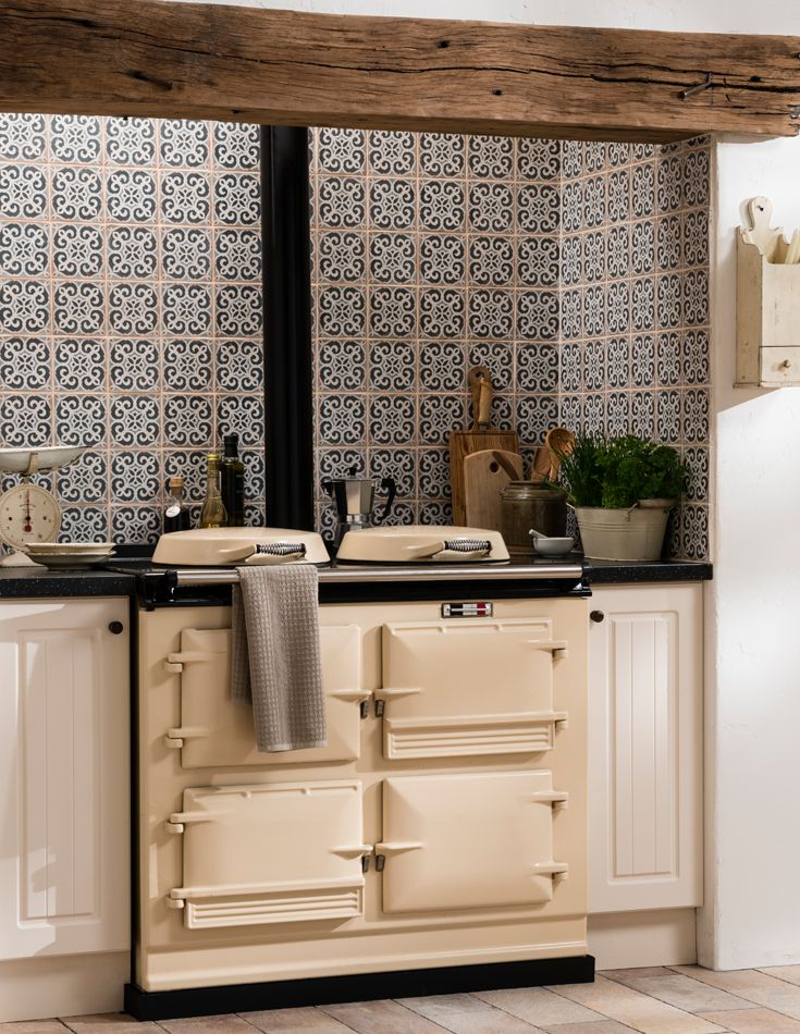 Drawing inspiration from traditional hand-painted terracotta tiles, the Archivo tile is made using the latest inkjet technology replicating a handmade, hand decorated piece, with uneven edges and an aged appearance.