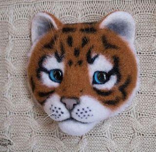Новая брошь Тигренок.  #брошь #брошьизшерсти #сухоеваляние #тигр #тигренок #котоброшь #украшенияручнойработы #украшение #брошьтигр #валяние #ручнаяработа #tiger #tigerbrooch #needlefelting #handmade #brooch #broochcat #felting #feltingbrooch  #kitten