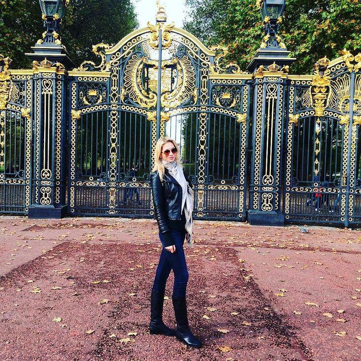 Осень осень подари мне ауди R8...))  #london #travelgram #travel #autumn #осень #осознанность #англия #естьмиллионышансов #дворец #instatravel #instadaily by valentinka012