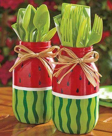 vidro reutilizado pintado como se fosse uma melancia para acomodar talheres em festinhas ou churrascos .