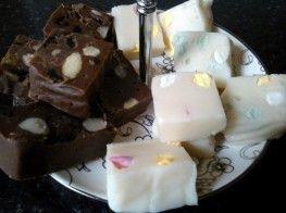 Mix voor fudge, om heel gemakkelijk je eigen fudge te maken. Boter smelten in magnetron, water toevoegen, mix erdoor roeren, evt.vullingen toevoegen en daarna op laten stijven in bijgeleverde bakje.
